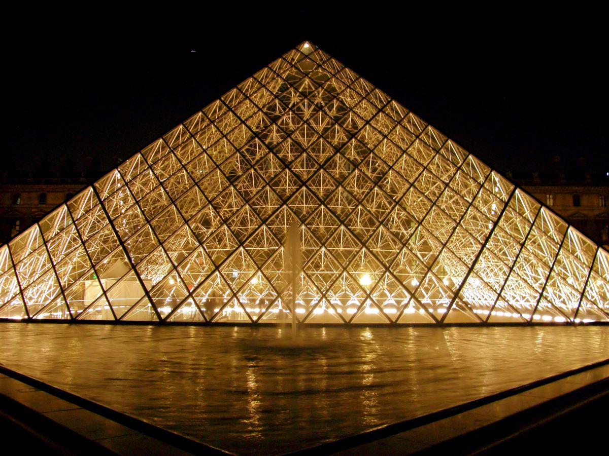 Louvre pyramid la pyramide du louvre photo post paris inspired - Pyramide du louvre inauguration ...